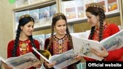 Türkmənistan - qızlar prezident Berdımuhammedovun kitabını oxuyurlar. (Arxiv)