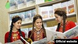 В Туркменистане проходят публичные чтения книг президента