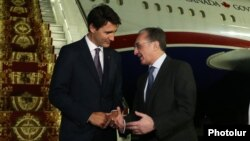 Министр иностранных дел Армении Зограб Мнацаканян встречает премьер-министра Канады Джастина Трюдо (слева), Ереван, 10 октября 2018 г.
