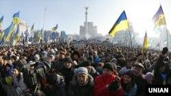 Удзельнікі Ўсеўкраінскага веча «Салідарнасць супраць тэрору» у Кіеве, нядзеля 29 сьнежня 2013 года.