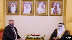 مایک پومپئو (چپ) در دیدار با همتای بحرینیاش