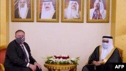Secretarul de stat american Mike Pompeo (stâanga) împreună cu ministrul de externe din Bahrain, Abdullatif bin Rashid Al-Zayani. 25 august 2020, Manama