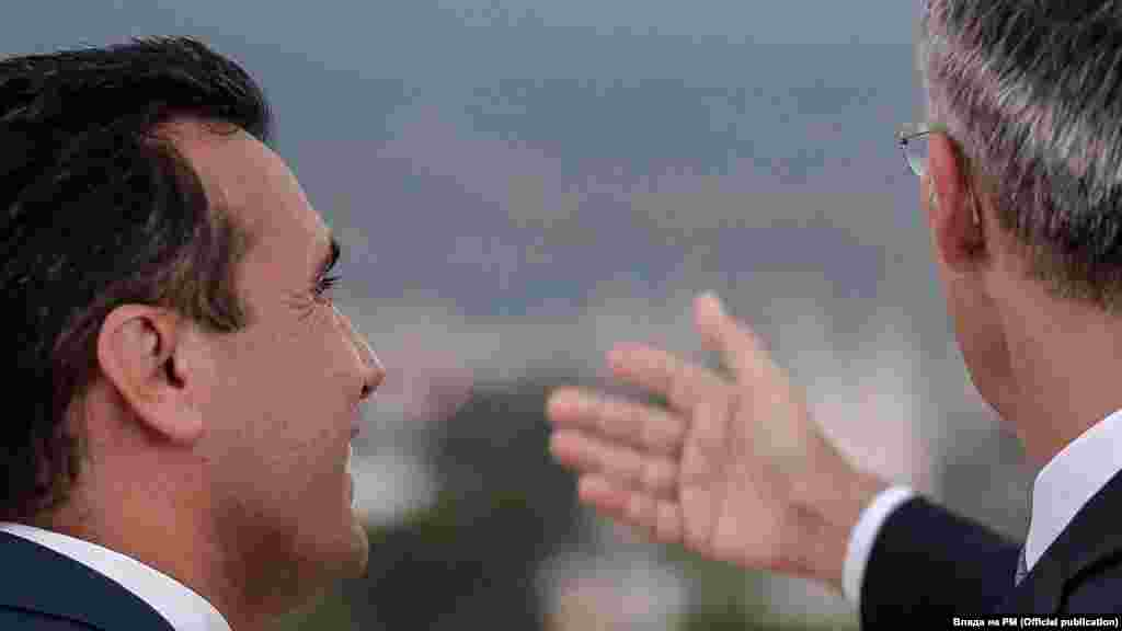 МАКЕДОНИЈА - Генералниот секретар на НАТО Јенс Столтенберг му честиташе на лидерот на СДСМ Зоран Заев за победата на неговата партија на предвремените парламентарни избори. Според СДСМ, во телефонскиот разговор, Столтенберг изразил задоволство што реизбраното политичко раководство во Северна Македонија ја воведе земјата во НАТО како 30-та членка со своите храбри и правилни политики.