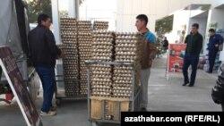 У продовольственного магазина, Ашхабад