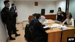 """Суд расмийлари ва """"Голос"""" уюшмаси адвокатлари, Москва, 2013 йил 25 апрел."""