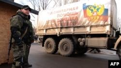 Сепаратист стереже один із попередніх російських «гуманітарних конвоїв», Макіївка, 21 грудня 2014 року