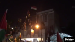Protesters storm Bahraini embassy in Iraqi capital #Baghdad An Iraqi security official says protesters have stormed the Bahraini embassy compound in Baghdad in protest against a conference held in the gulf nation.