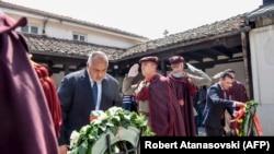 Među preostalim nerešenim pitanjima je i poreklo revolucionara Goce Delčeva (Fotografija: Borisov i Zaev odaju počast Delčevu na njegovom gorbu u Crkvi Svetog spasa u Skoplju, 2019.)