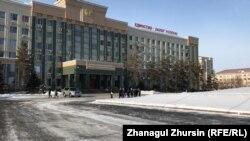 У здания акимата Актюбинской области.