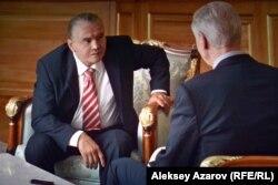 Нурсултан Назарбаев беседует с английским лордом, берущим у него интервью. В роли президента Назарбаева Берик Айтжанов. Кадр из фильма.