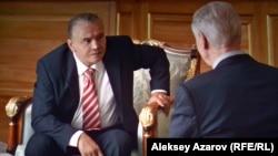 В тех эпизодах, в которых Нурсултан Назарбаев беседует с английским лордом, берущим у него интервью, Берик Айтжанов предстает в сильно загримированном виде. Кадр из фильма.