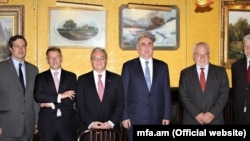 Armenian Foreign Minister Zohrab Mnatsakanian (3rd left) meets with his Azerbaijani counterpart, Elmar Mamadyarov (3rd right) for talks in New York on September 23.