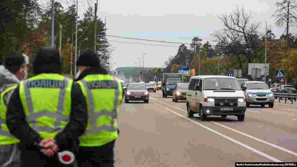 Перевірятимуть автобуси, вантажні й легкові автівки, які перевозять більш ніж три особи, включно із водієм