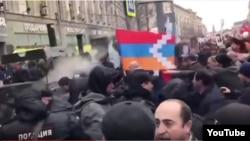 """Мәскеудегі """"Бессмертный полк"""" акциясы кезінде армян өкілдері мен әзербайжан делегациясы арасындағы төбелес. 9 мамыр 2017 жыл."""