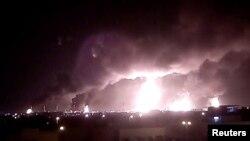 Пожар на саудовском нефтеперерабатывающем заводе в Абкайке после атаки беспилотников, организованной союзниками Ирана – йеменскими хуситами в сентябре 2019 года