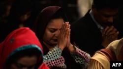 په پاکستان کې د عیسايي لږکۍ غړي د عبادت پر مهال