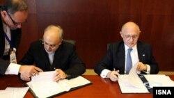 امضای توافقنامه تشکیل کمیته حقیقتیاب توسط علیاکبر صالحی، وزیر خارجه ایران و همتای آرژانتینیاش هکتور تیمرمن در آدیسآبابا.