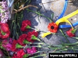 Украинская мемориальная символика: алые маки и ленты цветов национального флага