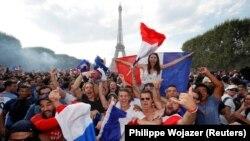 Парыж сьвяткуе перамогу Францыі ў чэмпіянаце сьвету па футболе. ФОТА