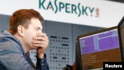 Сотрудник компании Kaspersky Lab у монитора с терминалом. Иллюстративное фото.