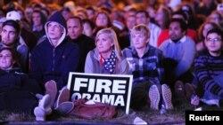 Америкалыктар биринчи теледебатты Денвер универстетинин сыртына орнотулган экрандан көрүшүүдө. 3-октябрь, 2012