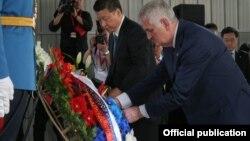 Si i Nikolić polažu vence nastradalim radnicima kineske ambasade