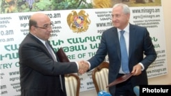 Armenia -- Energy Minister Armen Movsisian (L) and Agriculture Minister Sergo Karapetian sign a memorandum on the production of fertilizers in Vanadzor, 3June2012.