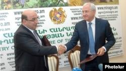 Министры энергетики и сельского хозяйства заключают меморандум о производстве удобрений, 3 июля 2012 г.
