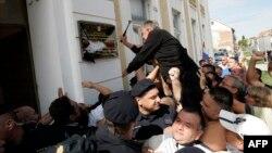 Протестувальник розбиває двомовну вивіску, встановлену у Вуковарі, 2 вересня 2013 року