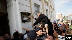 Prosvjednici razbijaju dvojezičnu tablu u Vukovaru