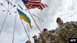Українські та американські солдати під час відкриття спільних військових навчань на Яворівському полігоні, 20 квітня 2015 року