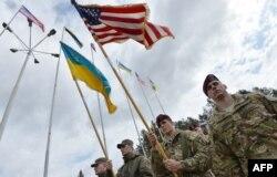 Українські та американські військовослужбовці під час відкриття навчань на Яворівському полігоні. Квітень 2015 року