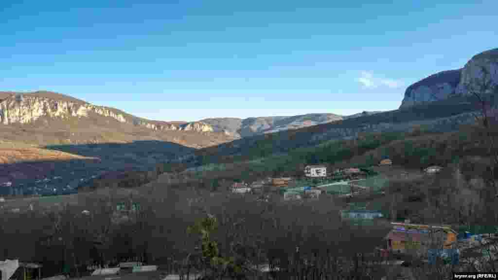 Тень от вершин Главной гряды Крымских гор падает на древние Коккозы