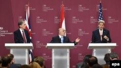 Ձախից՝ աջ․ Մեծ Բրիտանիայի արտգործնախարար Ֆիլիպ Համոնդը, Իրաքի վարչապետ Հայդեր ալ-Աբադին և ԱՄՆ պետքարտուղար Ջոն Քերրին Լոնդոնում ասուլիսի ժամանակ, 22-ը հունվարի, 2015թ.
