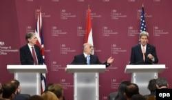 از راست: جان کری، حیدر عبادی، فیلیپ هاموند، در نشست لندن