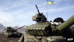 Донецкіге жақын Горловка селосында жүрген украин танкілері. 23 ақпан 2015 жыл.