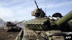 Горловка яқинидаги украин қўшинлари танклари.