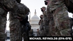Национальной гвардии США у здания Капитолия в Вашингтоне, 12 января 2021 года.