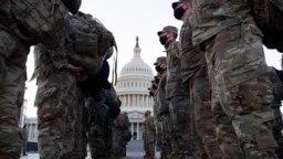 Pripadnici američke Nacionalne garde okupljaju ispred Kapitola u Vašingtonu , 12. januar 2021.