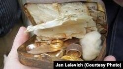 Скарб, які знайшлі ў старым доме ў Горадні 14 красавіка.