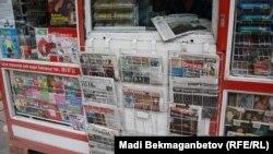 "На витрине газетного киоска ""KazPress"". Иллюстративное фото."