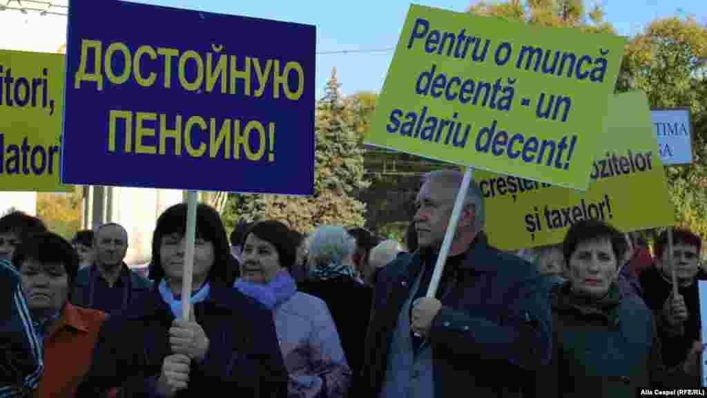 În scuarul Guvernului Republicii Moldova.