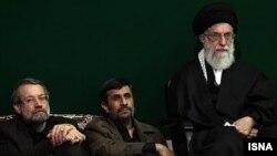 آیت الله علی خامنه ای (راست) همراه با محمود احمدی نژاد و علی لاریجانی، روسای قوای مجریه و مقننه