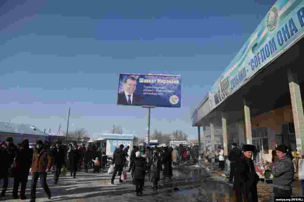 Автостанция и вход на рынок в Ташкентской области. Надпись на билборде: «Предприниматели поддерживают Шавката Мирзияева».