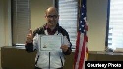 Рамис Юнус с сертификатом о только что полученном гражданстве США после принятия присяги