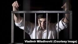"""Insert iz predstave """"Mali mi je ovaj grob"""" prema istoimenoj drami Biljane Srbljanović"""