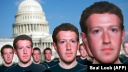 Вашингтон, 10 апреля 2018 года: сотни «фейковых Цукербергов» из картона, установленных активистами общественной организации Avaaz для привлечения внимания к проблеме фейковых страниц в сети Facebook