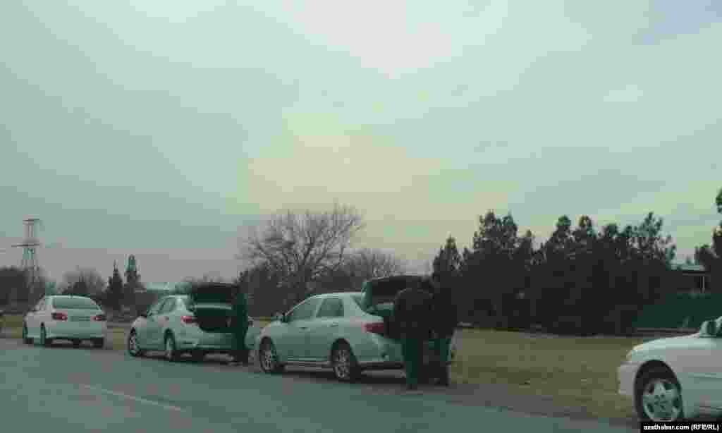В столице и областях Туркменистана преобладает автотранспорт белого цвета
