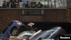 Nyu Yorkun Aşağı Manhattan rayonunda sakinlər «Sandy» qasırğasının törətdiyi fəsadları izləyir