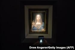 """Та самая картина """"Спаситель мира"""" в нью-йоркском аукционном доме. 15 ноября 2017 года"""